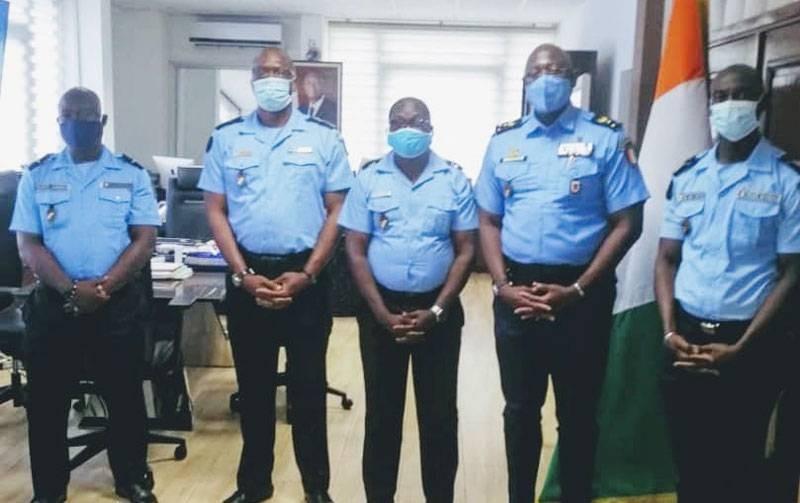 Les 4 policiers ivoiriens rentrés de la République démocratique du Congo posent avec le DG de la police. (Dgpn)
