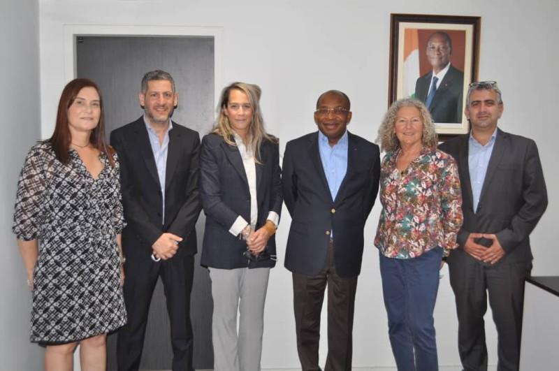 Le ministre Siandou Fofana et la délégation israélienne ont immortalisé la fin de la cérémonie de signature de convention.(DR)