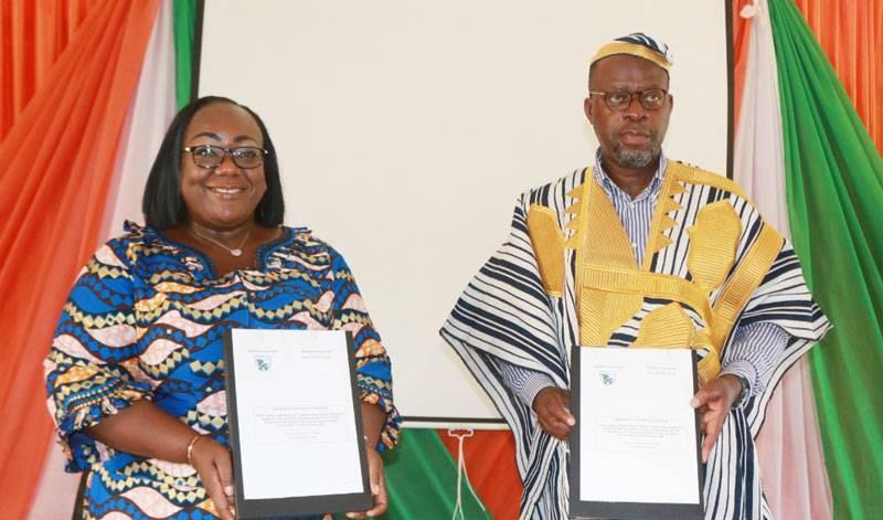 Le ministre des Eaux et Forêts, Alain-Richard Donwahi (à droite) et la présidente du Conseil régional du Cavally, la ministre Anne-Désirée Ouloto ont paraphé la convention. (Dr)