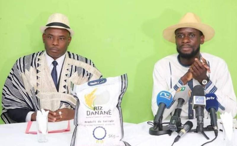 Le maire de la ville de Danané (à gauche en tenue de la région) veut également associer à la promotion de l'autonomisation des femmes, celle de la culture Dan.