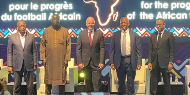 Les candidats à la présidence de la Caf autour du président Infantino (au centre). (DR)