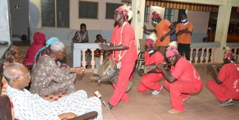 En tant qu'allié, le village de Komborodougou a eu l'honneur d'ouvrir symboliquement les funérailles à travers son Djembé. (Photo : Poro Dagnogo)