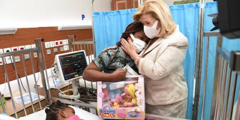 Dominique Ouattara et la mère de la patiente, l'émotion était grande.  (Ph : Fondation Children of Africa)