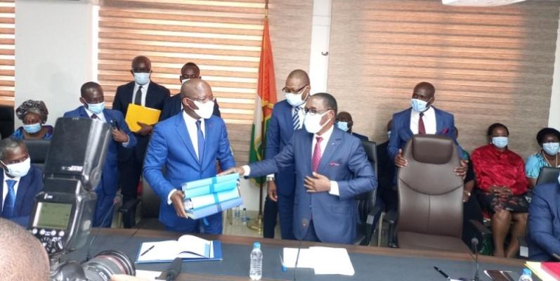 Aka Aouélé (à droite) a confié une pile de dossiers à Pierre Dimba. (Photo : DR)
