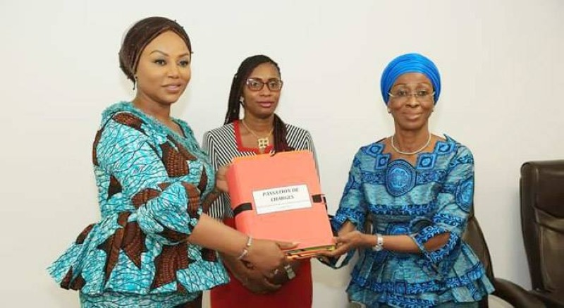 La nouvelle ministre de la Femme, de la Famille et de l'Enfant, Nassénéba Touré (à gauche), recevant les dossiers des mains de la ministre sortante Pr Bakayoko Ly-Ramata (à droite) sous la supervision de Ouattara Siablo Karmen (au milieu). (Marie-Ange AKPA)