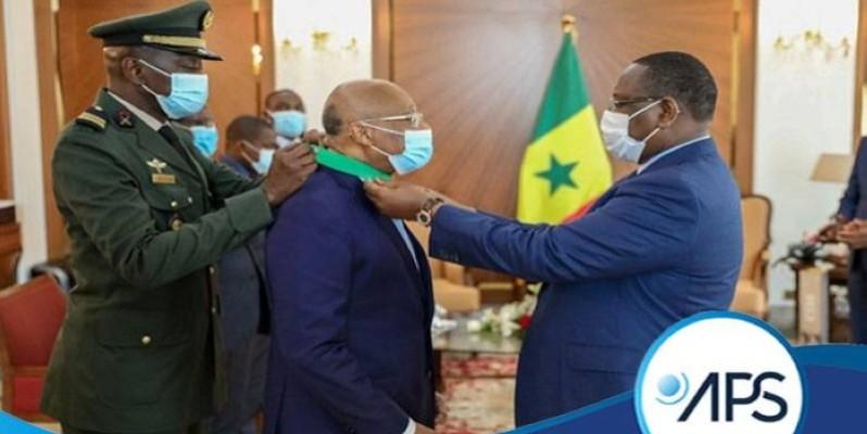 L'Ivoirien Jean-Claude Brou recevant sa distinction. (DR)